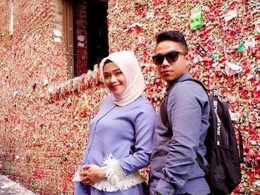 Aih, Sheza dan suami romantis banget. Hangout berduaan! (Foto: Instagram @shezaidris)