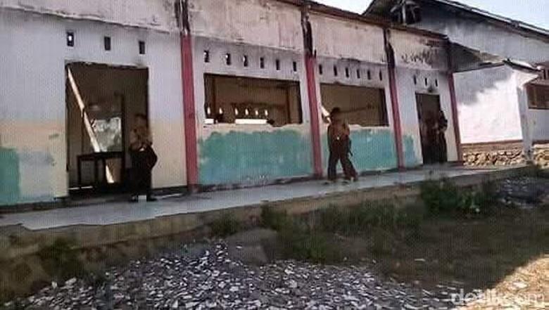 Miris! Siswa SMP di NTB Belajar di Gedung Bekas Kebakaran