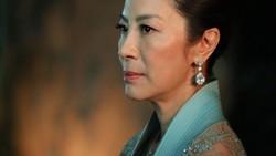 Mama Eleanor di film Crazy Rich Asians memang galak banget. Tapi jangan salah, Michelle Yeoh sang pemerannya jago beladiri, lho!