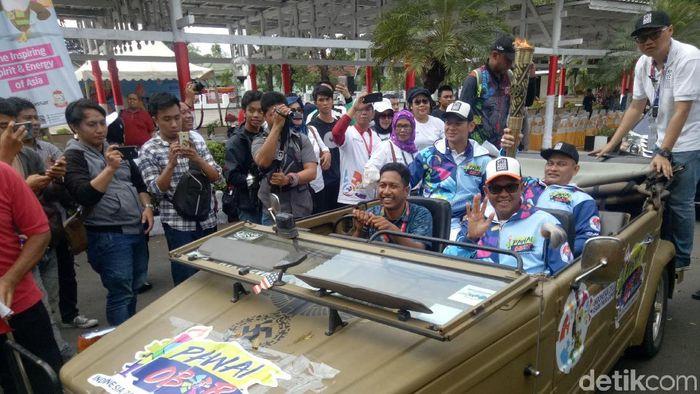 Kirab Obor Asian Para Games di Makassar, Rabu (12/9). (Ibnu Munsir/detikSport)
