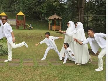 Kebersamaan 4 anak Sule dengan ayah dan bundanya. So sweet! (Foto: Instagram @rizkyfbian)