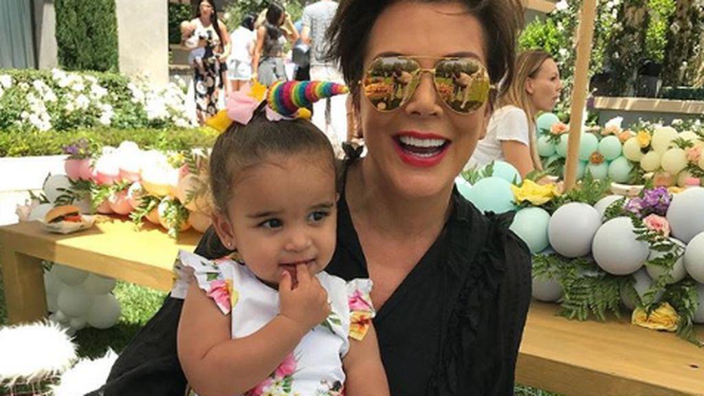 Momen Manis Saat Kris Jenner Momong Cucu
