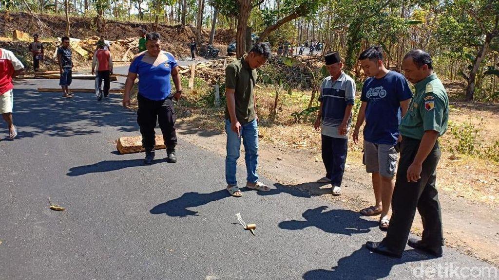 Gara-gara Benda Ini, Jalan Penghubung Desa di Probolinggo Ditutup