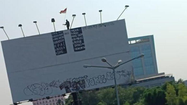 Seorang Pria Panjat Baliho Setinggi 10 Meter di Flyover ...