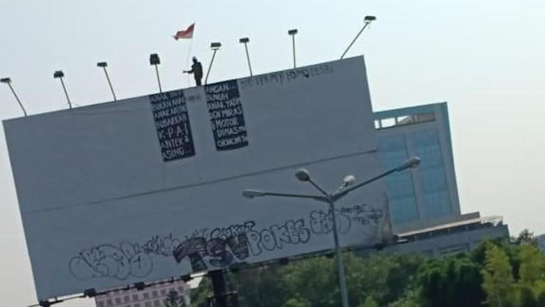 Seorang Pria Panjat Baliho Setinggi 10 Meter di Flyover Pasar Rebo