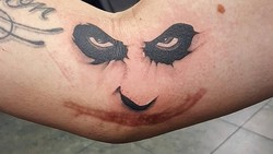 Luka yang dalam biasanya akan menimbulkan bekas permanen pada kulit. Nah agar tidak terlalu mengganggu, beberapa orang menghias bekas lukanya dengan tato.