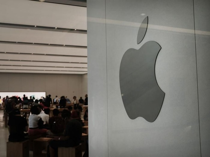 NEW YORK, NY - AUGUST 02:  The Apple logo is displayed in an Apple store in lower Manhattan on August 2, 2018 in New York City. On Thursday the technology company and iPhone maker became the first American public company to cross $1 trillion in value. Apple stock is up more than 20% this year.  (Photo by Spencer Platt/Getty Images)