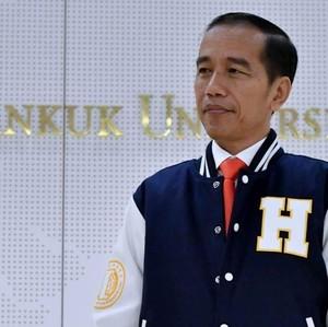 Gaya Jokowi Pakai Jas Hujan Kekinian bak Anak Muda di Ideafest