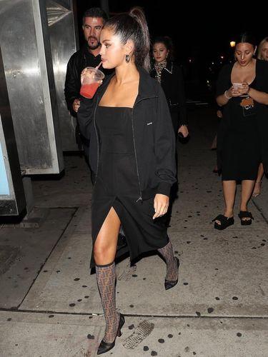 Selena Gomez dengan boots 'kaus kaki' Fendi.