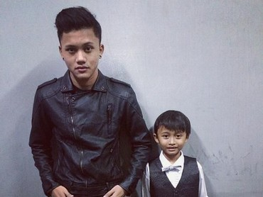 Gaya kompak anak sulung Sule dengan anak nomor tiga, Rizwan Adriansyach. (Foto: Instagram @rizkyfbian)