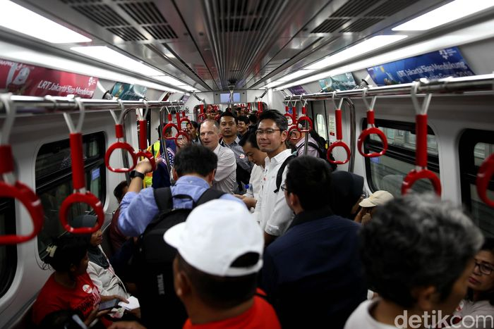 Momen antusias masyarakat saat uji coba LRT di Stasiun Velodrome Rawamangun, Jakarta.