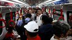 Antusias Masyarakat saat Uji Coba Terbatas LRT