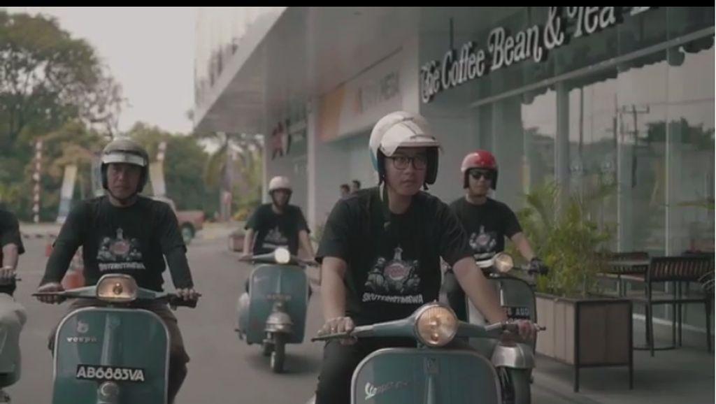 Ketika Putra Sulung Jokowi Naik Vespa