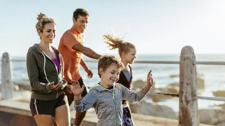 Ilustrasi olahraga bareng keluarga/ Foto: iStock