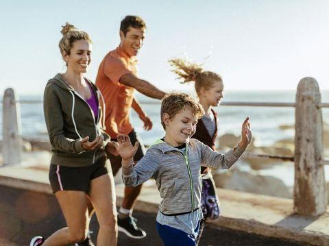ilustrasi keluarga olahraga bersama