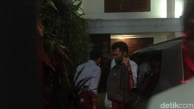 Sandiaga saat tiba di rumah Prabowo.
