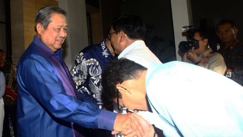 Momen Sandi Cium Tangan SBY