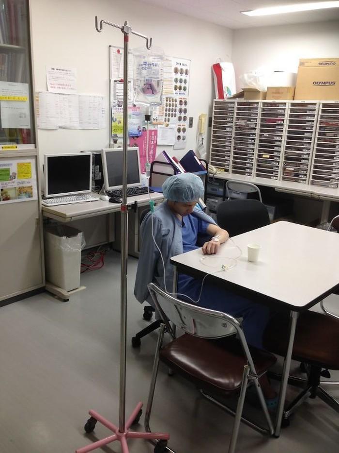 Beberapa bahkan ada yang sampai kolaps akibat kelelahan bekerja. Foto: Boredpanda