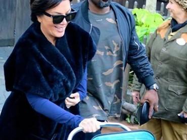 Kris Jenner juga nggak kerepotan jika disuruh menjaga cucunya sebentar. Sehat terus ya, Kris! (Foto: Instagram @norisblackbook)
