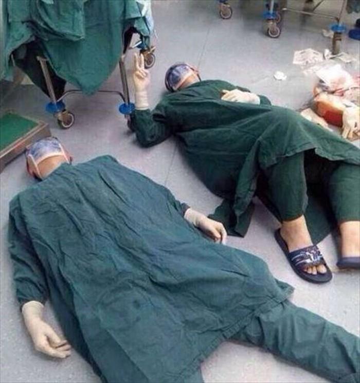 Tim dokter di Fujian Medical University Union Hospital berbaring di lantai kamar operasi. Mereka baru saja sukses menyelesaikan operasi 32 jam pada pasien dengan tumor otak. Foto: Instagram/medschool_life