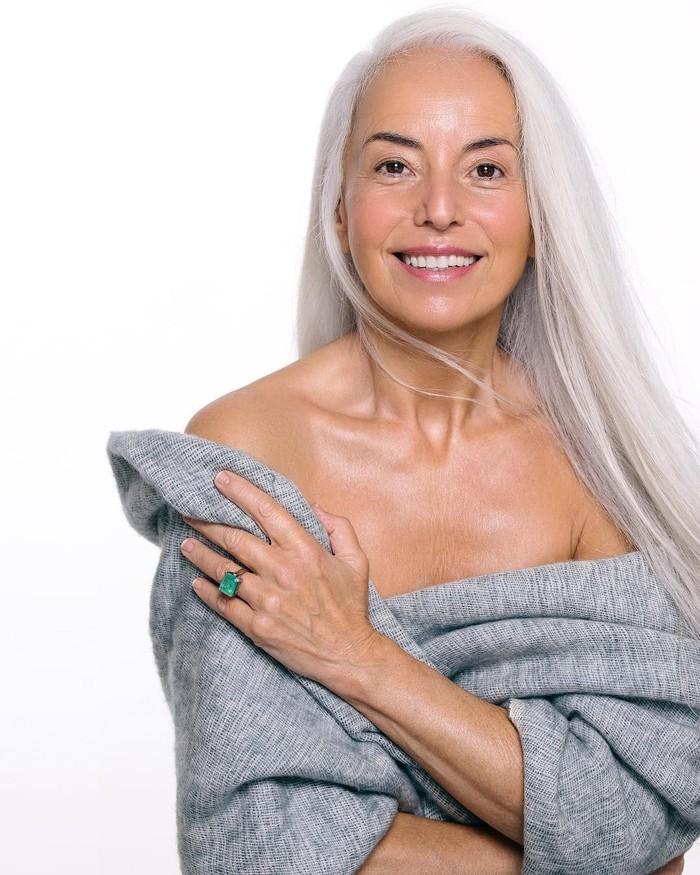 Diet organik sejak muda menjadi pilihan model asal Prancis berusia 63 tahun ini. Tak tampak keriput mendominasi wajah Yasmina Rossi. Ia juga menggunakan minyak alami untuk rambut dan kulitnya ditambah olahraga rutin seperti yoga. (Instagram @yasmina.rossi)