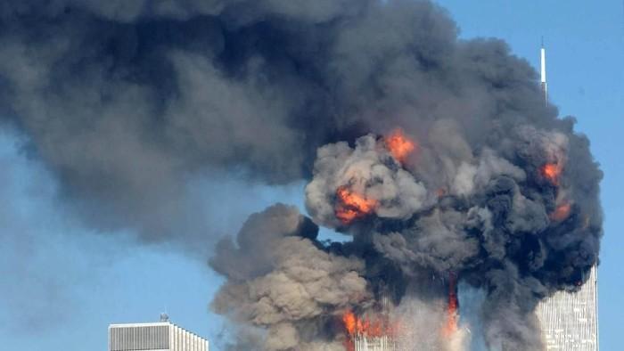 Menara kembar World Trade Center (WTC) ambruk dan rata dengan tanah usai dihantam dua pesawat yang dibajak Al-Qaeda. Peristiwa itu terjadi tepat 17 tahun lalu.