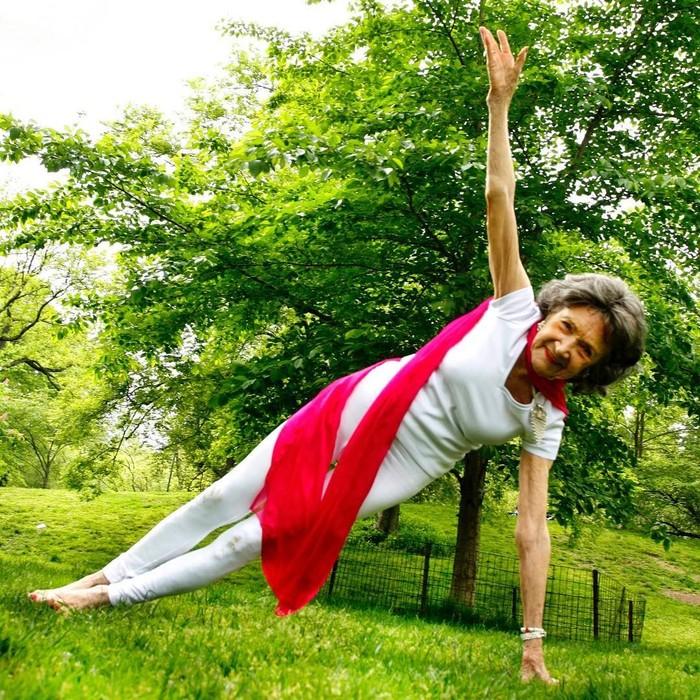 """Tao Porchon-Lynch jadi panutan di seluruh dunia karena selain telah makan asam-garam kehidupan, ia tetap aktif sebagai pelatih yoga di usia 100 tahun! """"There is nothing that you can't do."""" merupakan mantra ajaibnya untuk tetap bugar. (Instagram @nyyogalifemag)"""