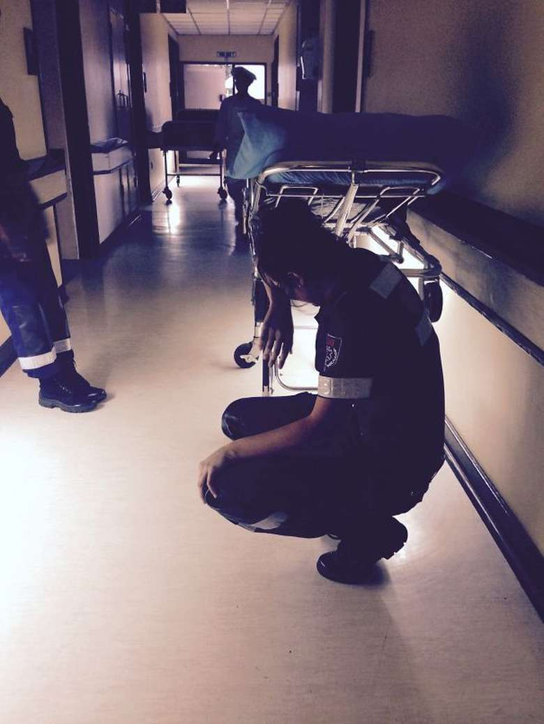 Kisah atau potret dokter yang kelelahan bekerja ini menunjukkan sisi lain kehidupan seorang dokter. Foto: Boredpanda