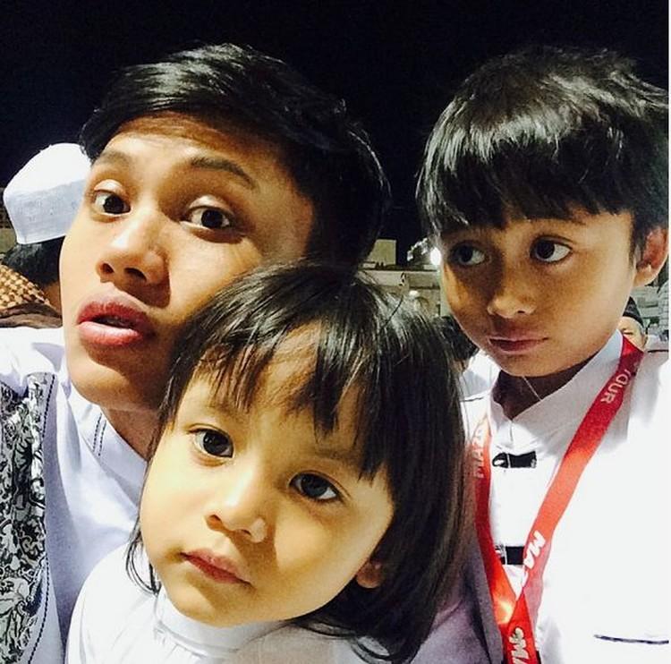 Rizky yang berprofesi sebagai penyanyi saat lagi momong adiknya di Masjid Nabawi. (Foto: Instagram @rizkyfbian)