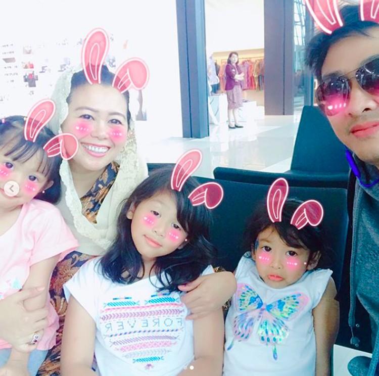 Tiga cucu perempuan Gus Dur makin imut deh kalau foto memakai aplikasi kayak gini. Setuju, Bun? (Foto: Instagram/ @yennywahid)