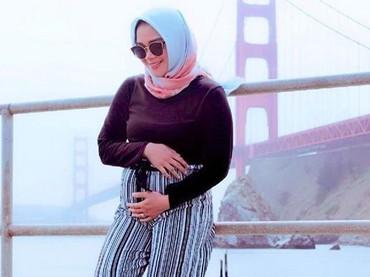 Sheza Idris dan suami, Surya Ibrahim, kini tinggal di Amerika Serikat. Dia bilang sih, happy banget pada kehamilan 23 minggunya. (Foto: Instagram @shezaidris)