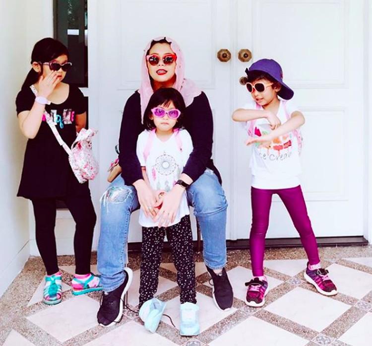 Saat Bunda Yenny bersama Malika, Amira, dan Raisa jadi rapper. Keren kan, Bun? (Foto: Instagram/ @yennywahid)