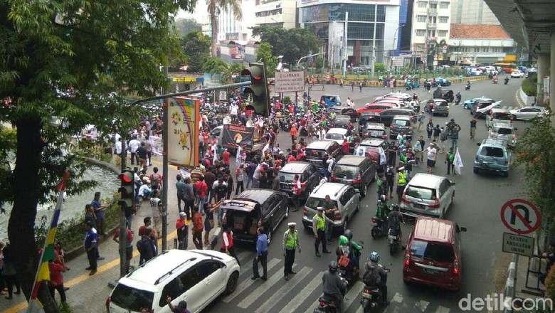 Massa Demo Kantor Go-Jek, Lalin Blok M Arah Senayan Macet