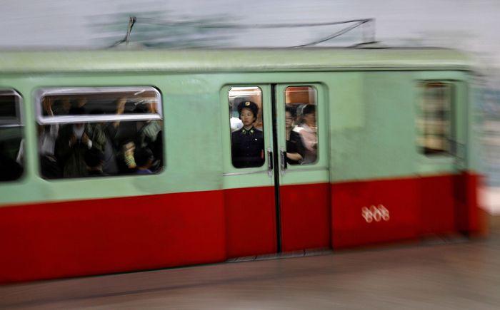 Para penumpang nampak memenuhi gerbong kereta saat meninggalkan stasiun bawah tanah di Pyongyang, ibu kota Korea Utara. Reuters/Danish Siddiqui.