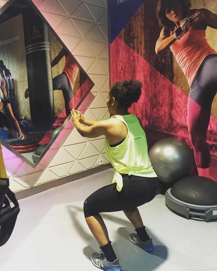 Squat menjadi gerakan favorit banyak wanita karena bisa mengencangkan dan menguatkan bokong. (Foto: Instagram/ellenrachell)