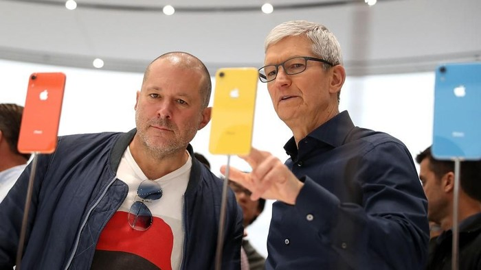 Jonatan Ive dan Tim Cook. Foto: Getty Images