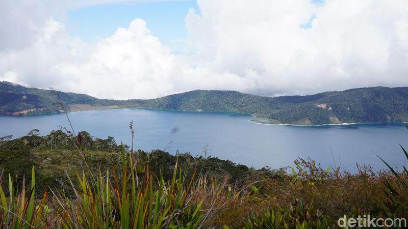 Ada pantai pasir putih di Danau Anggi Gida, Pegunungan Arfak, Papua Barat. Traveler bisa melihatnya dari puncak    Bukit Tombrok sekaligus melihat Manokwari Selatan jika cuaca sedang cerah (Masaul/detikTravel)