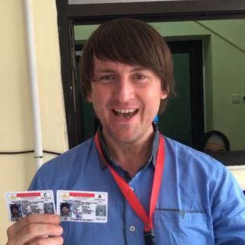 Siarhei menunjukkan SIM-nya setelah lulus ujian