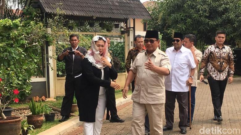 Potret Prabowo Cium Tangan Istri Gus Dur