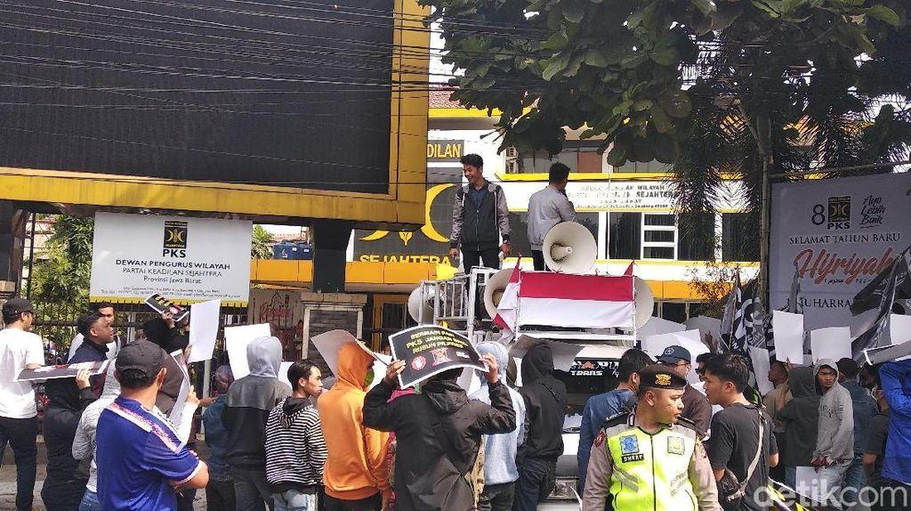 Massa di Bandung Tuntut PKS Ganti Tagar Ganti Presiden
