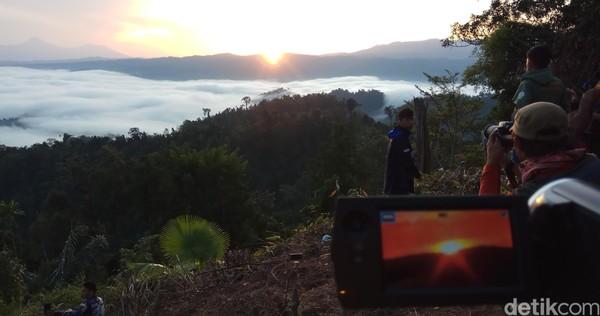 Biasanya pemandangan Negeri di Atas Awan hanya bisa dinikmati di puncak pegunungan yang tinggi. Namun tidak bagi masyarakat Sulawesi Utara yang penasaran dengan pesona awan tebal semacam ini. (Michelle Dejonker/detikTravel)