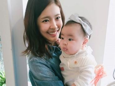 Lani saat bayi ketika bersama sang bunda. Nggemesin banget ya. (Foto: Instagram/dancingmulgogi)