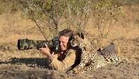Foto: Fotografer satu ini, memotret alam liar Afrika ditemani seekor chhetah disampingnya. Motret apa sih bro?, kata si Cheetah. (Twitter/@polychromantium)