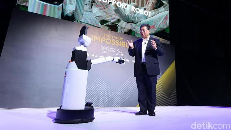 Susumu Matsuda dan robot medis Toyota (Foto: Toyota)