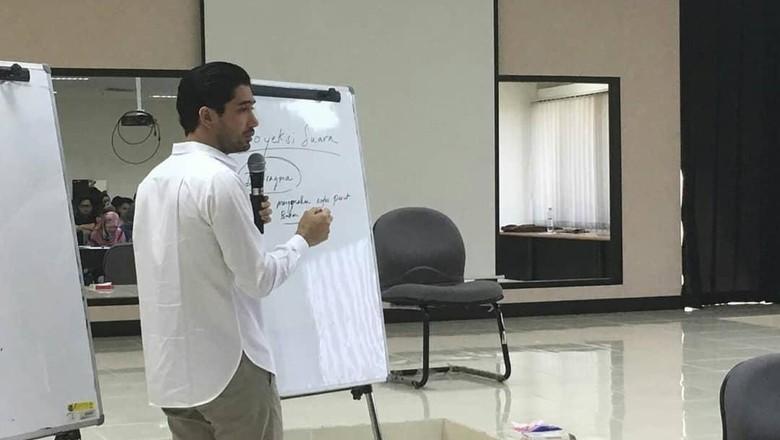 Foto: Reza Rahadian mengajar di UI (Instagram Vokasi UI)