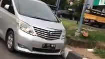 Mobil Alphard ini Sudah 2 Hari Parkir di Jalan Metro Pondok Indah
