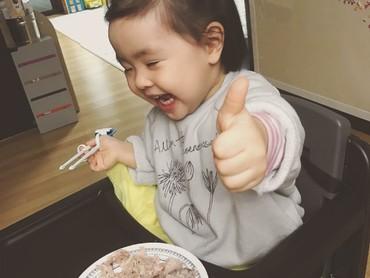 Happy-nya Lani saat waktu makan sudah tiba. Yeay! (Foto: Instagram/dancingmulgogi)
