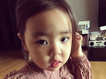 Kenalan yuk dengan si imut Lani, anak aktris Korea Selatan, Lee Yoon-ji. (Foto: Instagram/dancingmulgogi)