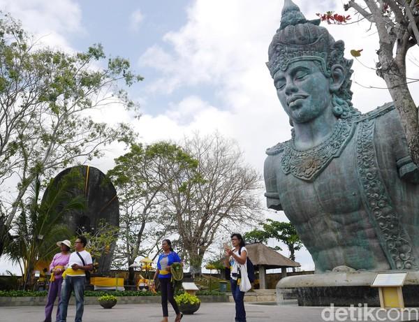 Sayap garuda ini membentang hingga 64 meter ke kanan dan ke kiri. Para pekerja yang membantu memasang patung GWK Bali ini melibatkan 1.000 pekerja.: (Kurnia/detikTravel)