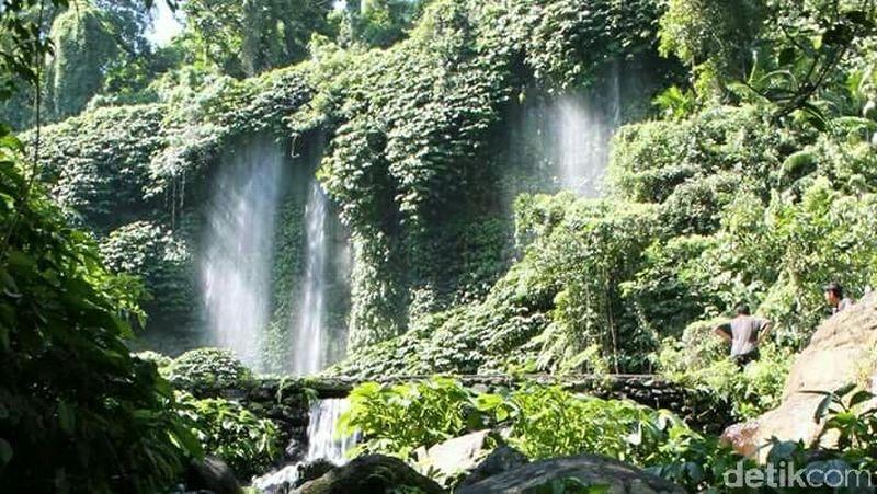Foto: Jika traveler hendak ke Lombok, cobalah menikmati eksotika alam pegunungan di daerah air terjun Benang Kelambu. Tidak hanya itu, ada dua pilihan tempat yang bisa dikunjungi di sana. Yakni Air Terjun Benang Kelambu dan juga Air Terjun Benang Stokel (Harianto/detikTravel)